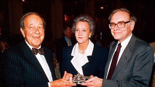 《華郵》前執行長葛蘭姆夫人(中)在世時與巴菲特(右)私交甚篤,當年她把未成名的巴菲特介紹進紐約上流社會。
