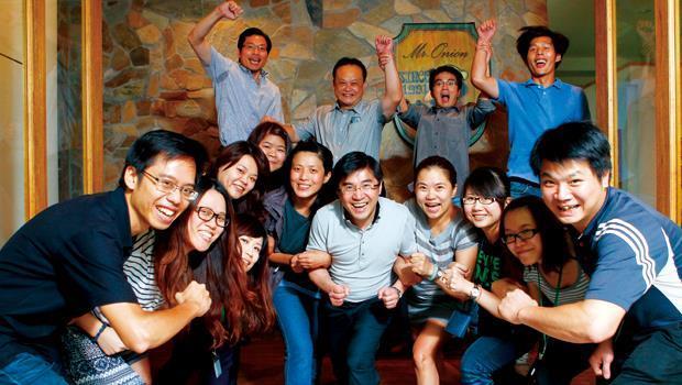 「以前洋蔥是盧家的,以後洋蔥是大家的。」盧俊賢(前排中)開放員工入股,賭上IPO之路。