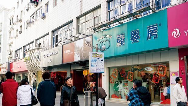 中國的店租、工資漲幅越來越驚人,以往的機會財已不再,台商也面臨嚴峻考驗。圖為麗嬰房在當地的據點之一。
