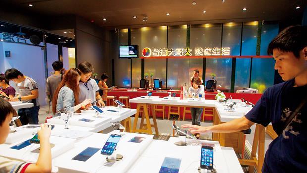 台灣大松山菸廠旗艦店新門市提供「一站式」服務,連包膜、貼鑽都能完成。