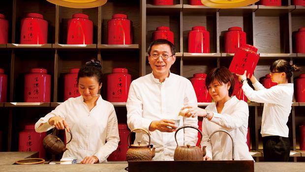 王德傳研發總監: 王俊欽(左2)