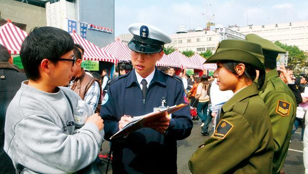 國防部為達全募兵目標,賣力招攬青年,大打廣告外,還辦徵文比賽。
