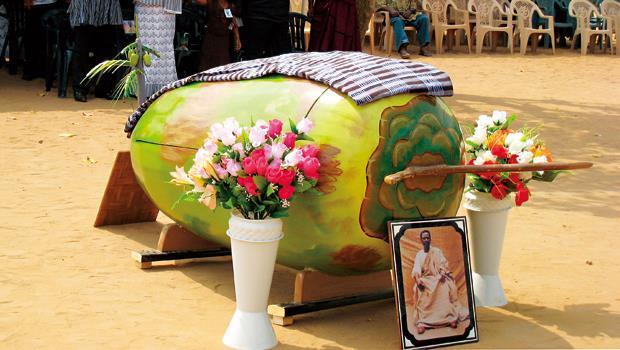 迦納人不僅高規格治喪,也很看重棺木造型。圖為一具椰子造型棺材,製作期超過2個月。