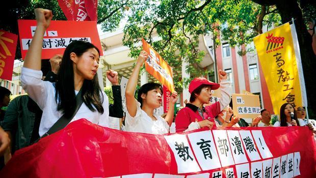 台灣的大學密度堪稱世界第一,但在少子化影響下,招生不足學校面臨退場危機。圖為永達技術學院老師到教育部抗議情景。