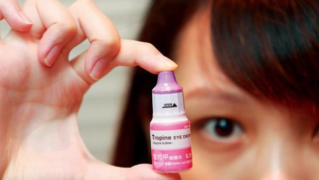 若近視度數增加太快,每年超過75 度或100度,可使用阿托平眼藥水來控制度數增長。