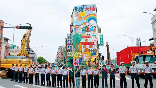 7月18日上午,苗栗縣政府趁張森文在台北住院、彭秀春到總統府陳情時,派出800警力,把整個張藥房全部拆除。