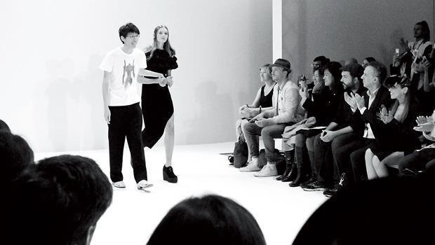 時裝秀結束後,詹朴步上伸展台謝幕。