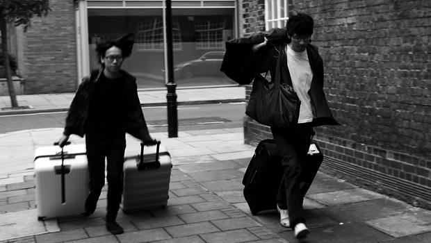 詹朴跟朋友常要自己拖著行李箱運送衣服。