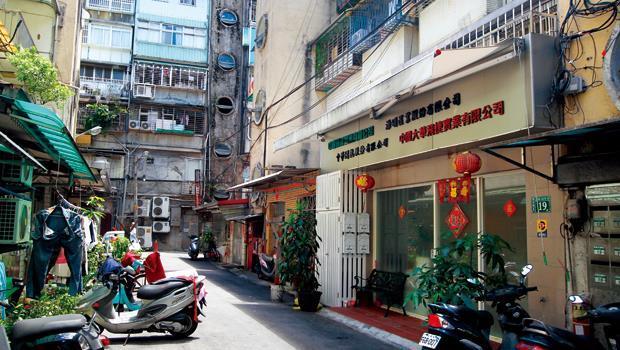 新店北新路1間老公寓,變「台灣開曼群島」,打敗台北101的招商冠軍,在住宅區巷弄裡,門口掛4家中資招牌,裡頭設6家中資企業。
