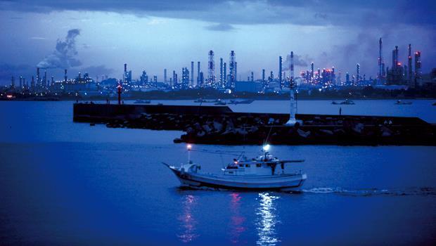 中油新三輕完工試產掀起南台灣石化投資熱潮,從屏東東港都能看見工廠燈火照亮夜空。
