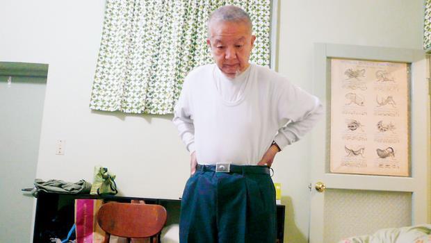 眼中的老父。剛受傷前半年,爸爸每週幫許超彥針灸2次,把30公分長的針插到他身上,這是他躺在床上拍自己的爸爸。