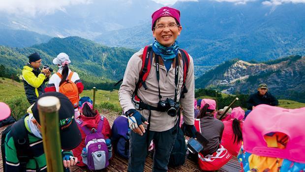 在3,421 公尺的合歡山,樟湖國中小校長陳清圳(中)與學生經歷特別的開學典禮。