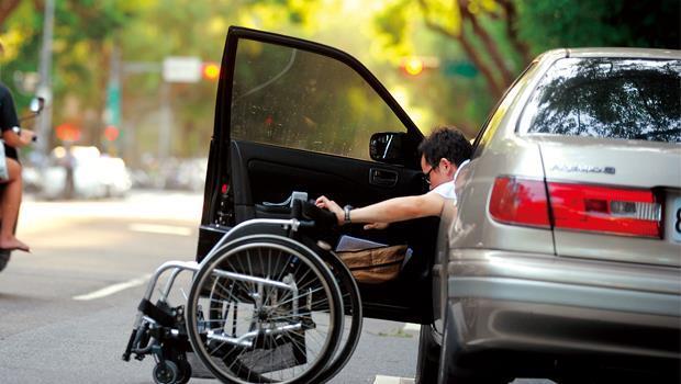 現在許超彥(右)開車門下車得花3分鐘時間才能完成,但他說不必開口麻煩別人,行動反而更自由。