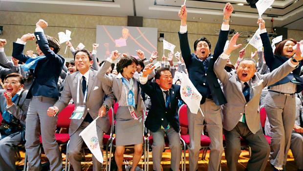 日本政府期待靠奧運打經濟翻身仗,前排右三為首相安倍晉三。