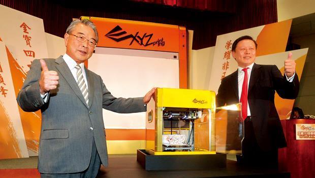金仁寶集團的3D印表機年底量產,董事長許勝雄(左)說1年半內不打算賺錢。右為金寶總經理沈軾榮。