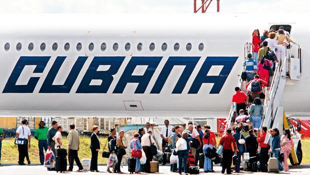 一群古巴醫師正等候搭機飛往巴西支援醫療工作。