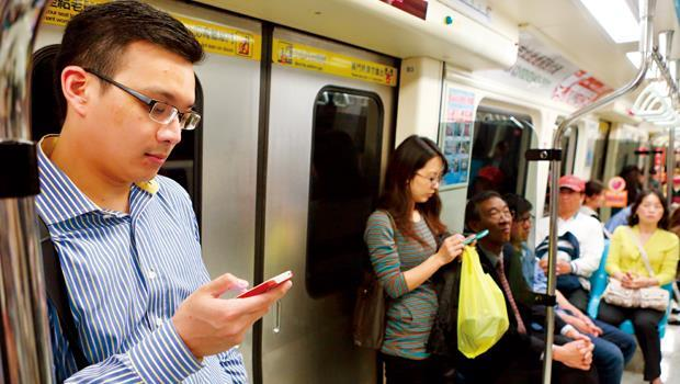 4G讓手機使用者飆網更快,但目前總標金破560億元,未來業者可能將成本轉嫁消費者身上。