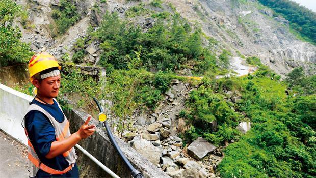 台18 線阿里山公路從石棹到達邦的169 縣道上,還殘留艾利颱風後的巨大面積崩塌,下方就是曾文溪主河道,四處林立的經濟作物嚴重破壞集水區保育。