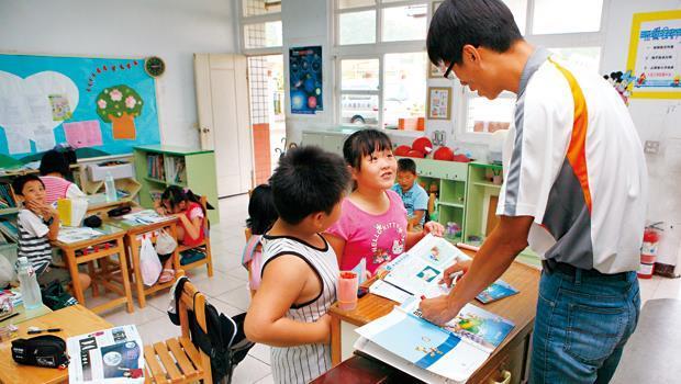 國中小校園吹起派遣老師風,不僅教師的權益遭剝削,學生受教品質也被犧牲。圖為一般的校園情景。