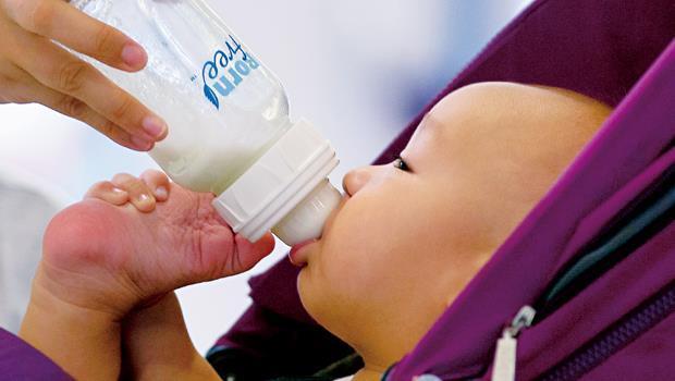 中國消費者普遍不信任國產奶粉,為了心肝寶貝寧願花大錢搶購外國品牌,使中國成為全球嬰幼兒奶粉最貴的國家之一。