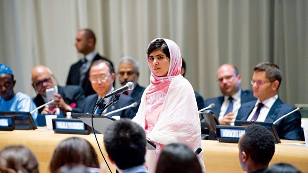 馬拉拉(中)在她十六歲生日這天,挺著頭部被槍擊後剛復原的身體,站上紐約聯合國講台。