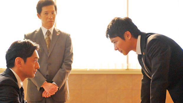 半澤直樹(右)因輕信上司分行長(左)承諾,揹上了融資5億日圓呆帳的責任,台灣則有68%上班族自認揹過黑鍋。
