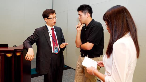 富蘭德林事業群總經理劉芳榮(左),藉舉辦講座,幫客戶解答中國法令、稅制疑惑,也做為滾進新客戶的平台。