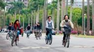 大四了,媽媽還騎車接送上學》不只是他家的事!「媽寶&寶媽」正拖累台灣社會