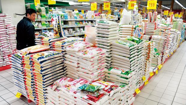 米是每日主食,市場達人王碧珠不買大賣場的大糧商品牌,營養師程涵宇則基於米發霉,肉眼看不出來,所以堅持只買真空包裝。