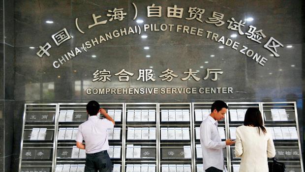 上海加速開放改革,搶走台灣金融業務與外商投資,不想被淘汰,台灣只能加速向中國靠攏,工作機會也會跟著移往上海。