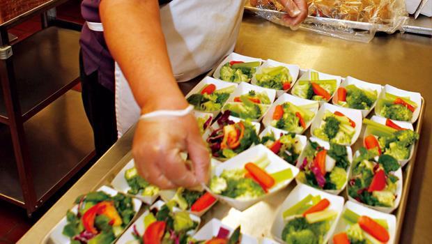 近年來,兒童肥胖議題讓美國校園餐點供應商提升蔬果分量,降低糖、油、鹽比例。