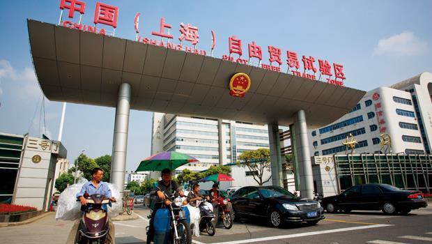 上海外高橋自貿區拱門前。