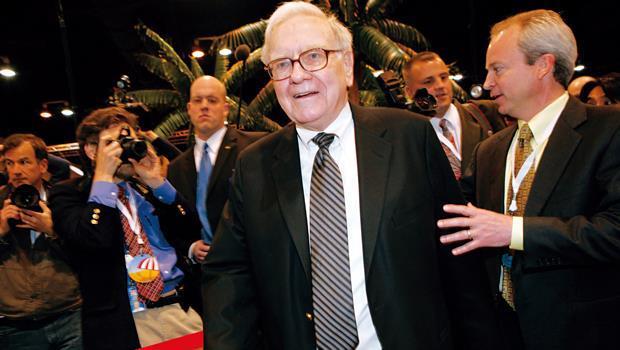 巴菲特(右2)的波克夏公司不僅是小散戶最愛,連紐約富豪也追捧。