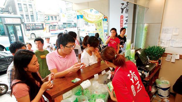 今年夏天部分清玉店家還要排隊半小時才買得到,如今人潮已不復見。