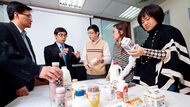為讓報導更嚴謹,採訪團隊邀集陳良宇教授(右3)、陳智義律師(左2),討論市售乳品的用藥殘留問題。