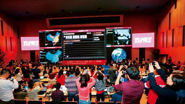 「雙十一」當晚,淘寶網的數據中心就像開票中心,即時顯示各地區收發貨量,台灣也在其中( 右上螢幕)。
