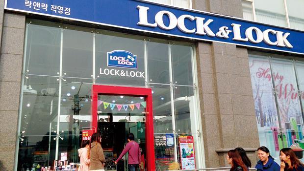抓住上海中產階級愛好高級品的心態,樂扣用精品概念賣保鮮盒。圖為上海旗艦店。