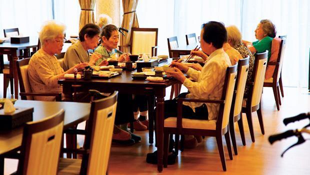 食堂,像時尚餐廳》季節食材、瓷器餐盤、木質桌椅、專人桌邊服務,吃飯時間,和民把8成人力放在提供如餐廳般的服務。