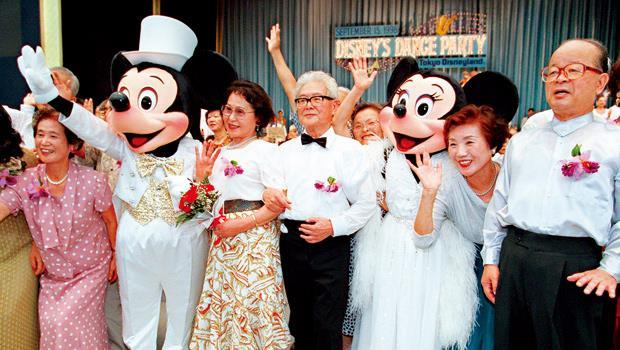 老人當道引爆銀髮商機,讓一向針對兒童市場的迪士尼樂園,也在日本敬老節時邀請爺爺、奶奶們,來和米老鼠「開趴」跳舞。