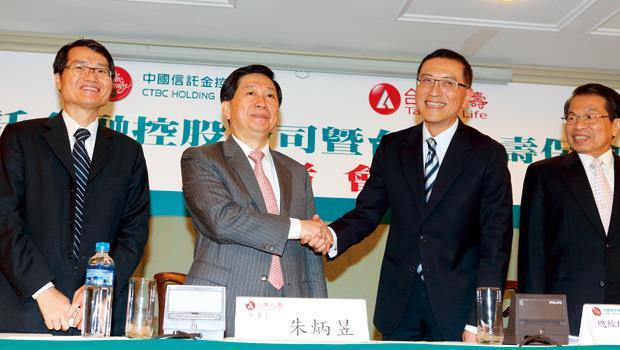 台灣人壽保險嫁入中信金,董事長朱炳昱(左2)直說是「義無反顧」、「一生中的重要抉擇」。