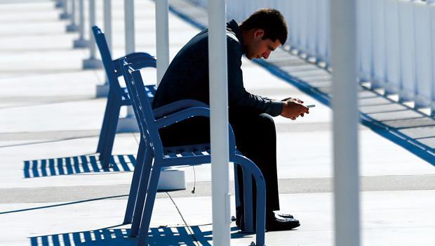 低頭族的科技癮大到必須戒斷,除了因為影響作息和健康,資訊焦慮帶來的壓力更是讓人喘不過氣。