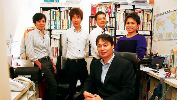 Terra Motors社長德重徹(中)聘雇來自大公司的一流人才,有的是不喜歡日本大企業習氣,自願減薪50%,想找回日本最初創業精神。