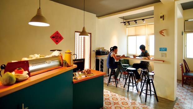 「花蓮日日」民宿二樓偌大的吧檯與餐廳讓視線全開,地上水泥痕跡,是過去櫥櫃的位置所在。
