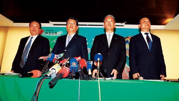 魏應充(右2)、魏應行(左2)在致歉記者會上再次大談「良心」,但消費者不知已吃下多少味全的問題油。