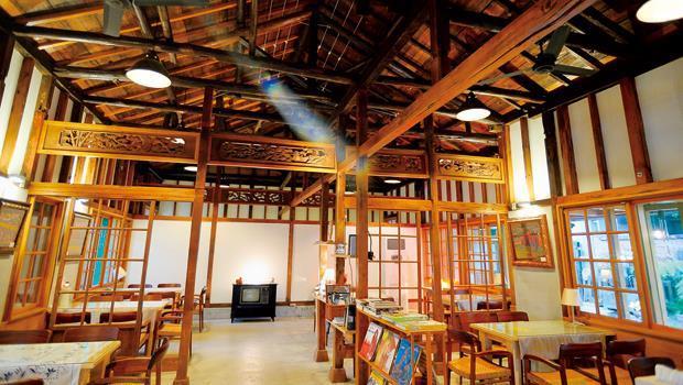 「秋朝咖啡」移除了木地板及天花板之後的老宅,顯得挑高寬敞。