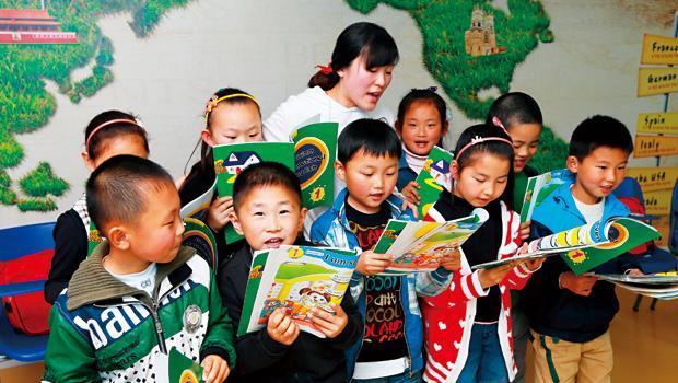 英文補教1年商機上看600億:在中國,父母願意投入一半家庭收入,讓孩子學習各種才藝,只為了能贏在起跑點。(安徽合肥現場)