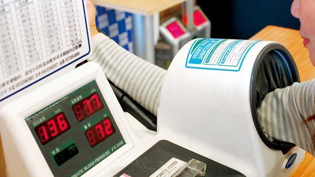 冬天氣溫低,血壓較不易控制,當發現血壓不平穩時,必須回診調整用藥。