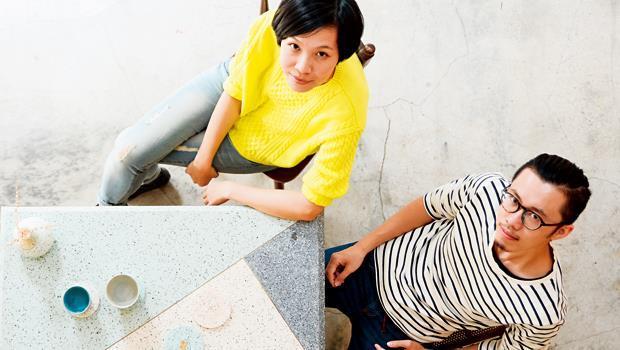 郭喆宸(右)與陳麗安(左)將踩在腳下的磨石子地板升高,變成桌子。