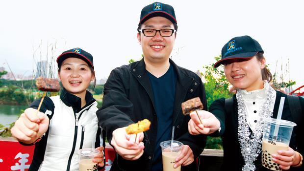 在公館水岸大啖景美夜市張媽媽香雞排等小吃配珍珠奶茶,道地的台灣味讓中國服裝青年企業家一行人大呼過癮。