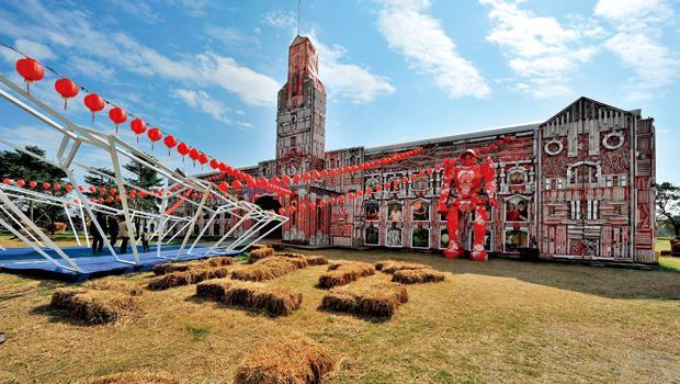 雲林農博裡的紙製總統府——「農民最大」。建築前方的「變型金剛」,也是紙製展品。